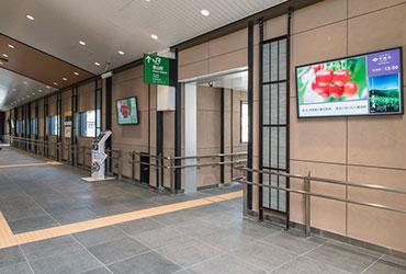 塩山駅南北自由通路デジタルサイネージ設置